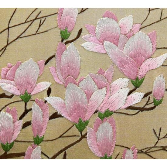 Картина вышитая шелком Нежность ветки магнолии ручной работы