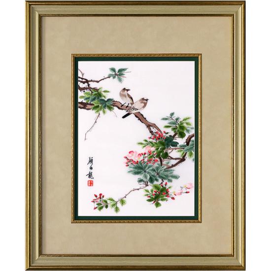 Картина вышитая шелком В цветущем саду ручной работы