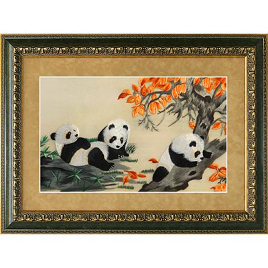 Картина вышитая шелком Панды на опушке ручной работы